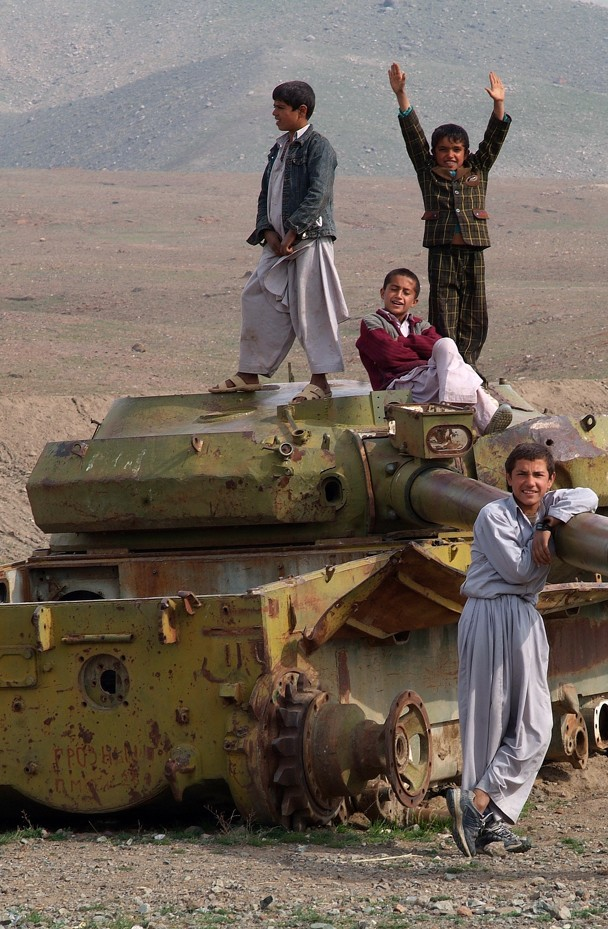 Afghanistan, wenn eine Panzerkanone zu einem Karussell umfunktioniert wird gibt es Verlierer und Gewinner…und spielende Kinder…