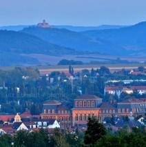 Blick auf Gotha, im Vordergrund die Herzog Ernst Schule am Horizont die Wachsenburg…