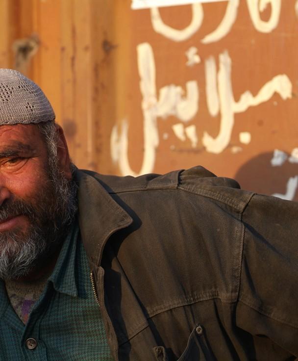 Gesichter Afghanistans, Arbeiter genießt seine Pause in der Abendsonne….