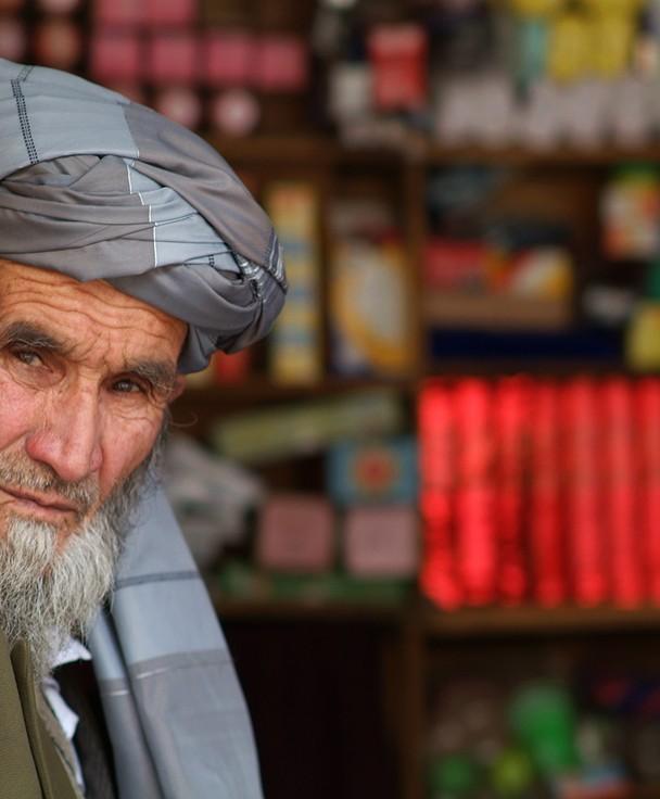 Gesichter Afghanistans,  Skeptisch aber Freundlich mustert dieser Händler seine Kundschaft…